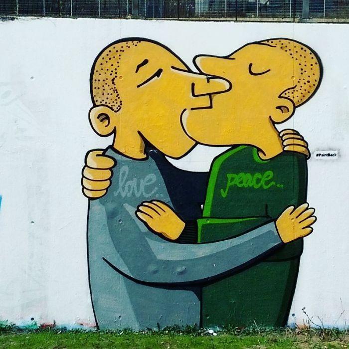 Projekt Paintback si klade za cíl přemalovávat svastiky na berlínských zdech a domech.