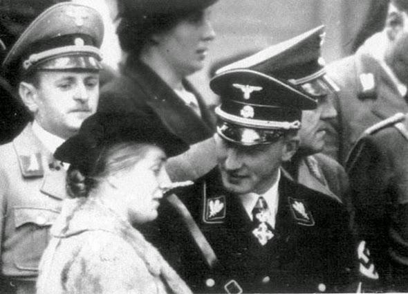 Byla to Lina, kdo, poté, co mu vyšlapal cestič, Heydricha přiměl, aby vstoupil do SS.