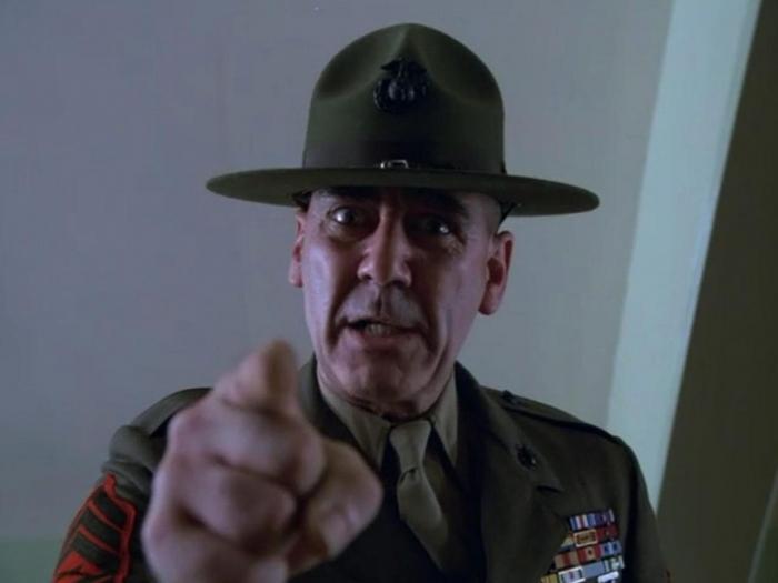 R. L. Ermey aka seržant Hartman děsil všechny milovníky Olověné vesty. Herec v neděli zemřel.
