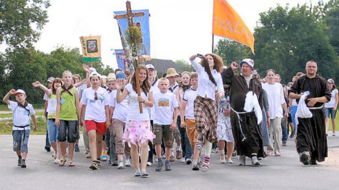 Katolické procesí v dnešním Bělorusku. Vyjadřují ti lidé podporu upalování čarodějnic?