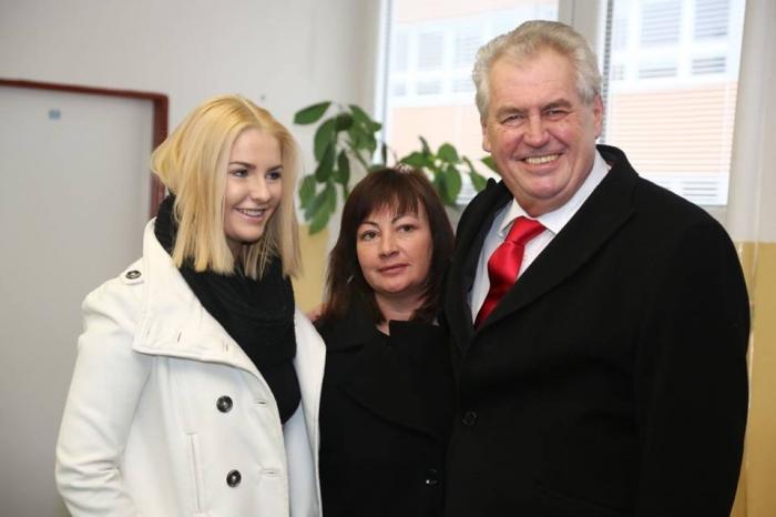 Manželka Miloše Zemana Ivana (uprostřed) se postarala o potřebný počet podpisů. V debatách současnou hlavu státu zastupuje mluvčí Ovčáček.