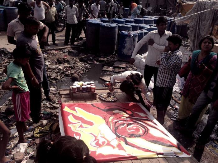 Chce to odvahu, zajít do slamů indických velkoměst a přesvědčovat místní, aby malovali sexuální témata