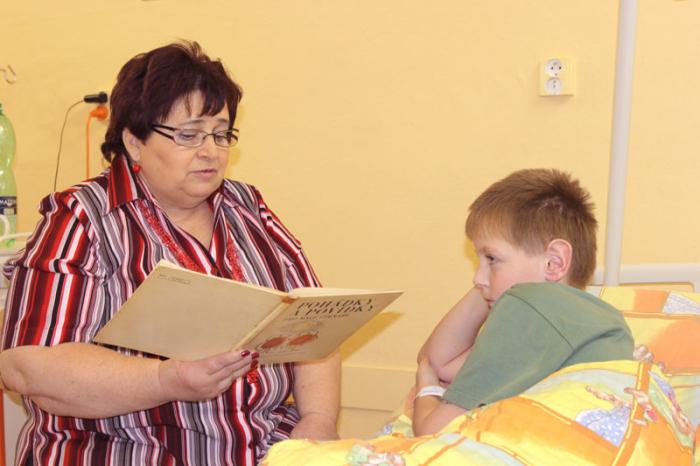 Číst dětem se nemusí jen v mateřských školkách. Velmi to ocení zvláště ty, které jsou mimo domov, upoutány na lůžko v nemocnici... A proto vznikl projekt Počteníčko s babičkou, o kterém píšeme dále.