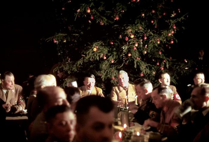 18. prosince 1941. Lowenbraukeller v Mnichově. Adolf Hitler s pohlaváry NSDAP na vánočním večírku pro důstojnické kadety Waffen SS