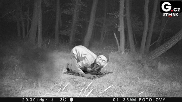 Modlící se muslim zachycen fotopastí v lese na Šumavě už bude ojedinělý případ