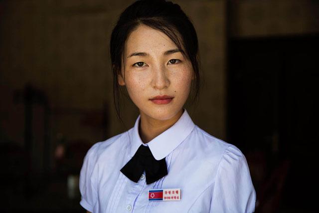 Dívka pracující v hotelu v příhraničním městě Sinŭiju
