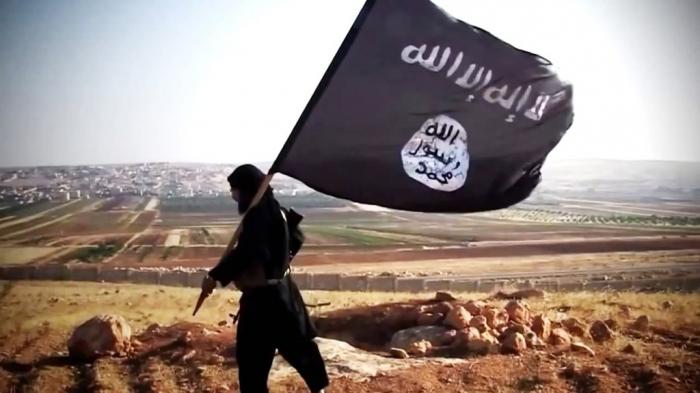 Omar Athlad, velitel milic Islámského státu, po kapitulaci bere vlajku a jde do prdele