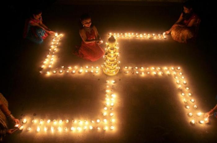 Sympatizují tihle Indové s Hitlerem?