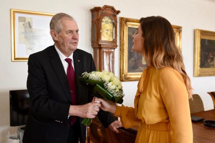 Prezident Zeman před inaugurací popřál manželce Ivaně a dceři Kateřině k MDŽ.
