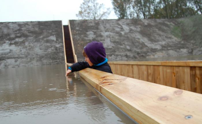Na obranných vodních příkopech nemají mosty co dělat. Díky ponořené konstrukci alespoň není z dálky vidět.