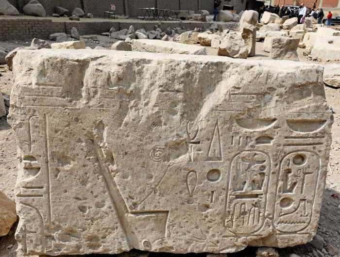 Část obelisku pokrytého hieroglyfy z chrámu slunečního kultu.
