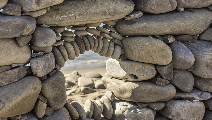 Kamenné umění vypadá hezky na pohled, ať už v přírodě nebo zarámované doma na krbu, ale hromadné přesouvání kamenů ze strání může mít podle odborníků dalekosáhlé následky.