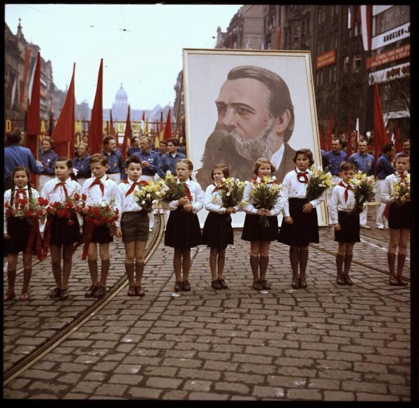 Jaký je rozdíl mezi dětmi v Hitlerjugend a v Pionýru? Jenom v barvě šátku!