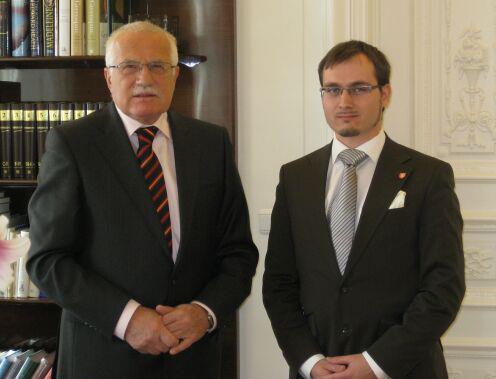 Adam B. Bartoš (vpravo) s exprezidentem Václavem Klausem. Kontroverzní postava má na kontě například nechvalně proslulý seznam českých Židů.