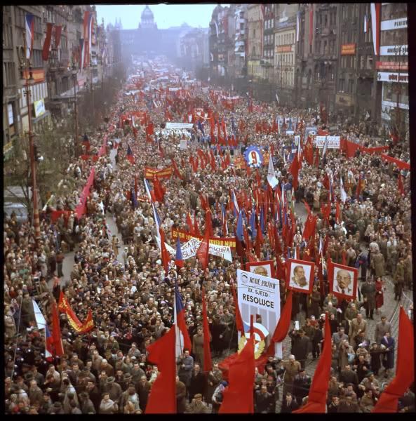 Rudý teror je stejný jako hnědý teror. Nacista je stejně zlá svině jako komunista!