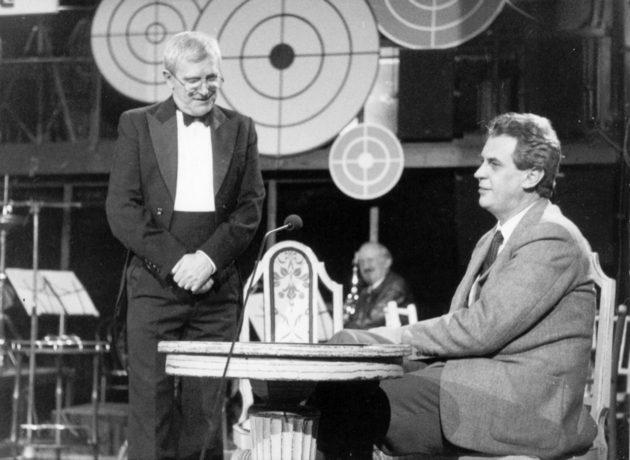 Miloš Zeman už vlastně stand up komikem byl, i když při tom seděl, ještě kdysi na začátku devadesátých let v televizních Večírcích v Semaforu, možná si ještě někdo dnes se slzami smíchu v očích vzpomene. Na tu dobu fakt poměrně obstojné.