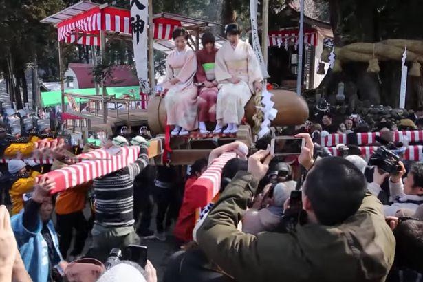 Šťastné nevěsty na obřím penisu!