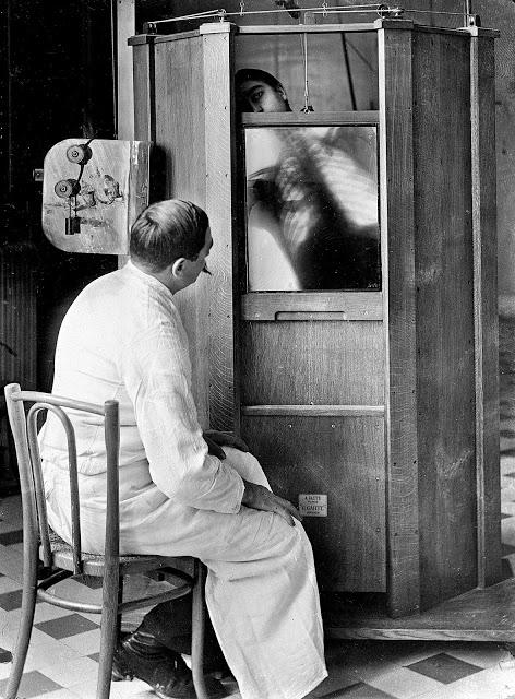 Pacient při rentgenování hrudi u profesora Menarda v nemocnici Cochin v Paříži roku 1914.