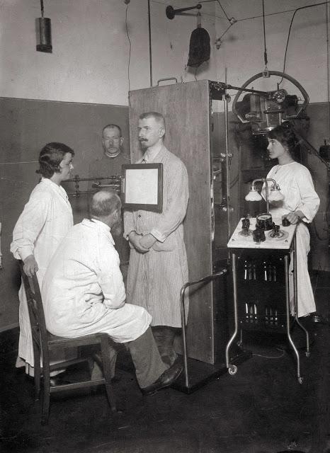 První dochované fotografie muže z Rakouska kolem roku 1910 s rentgenem a přímým stínítkem