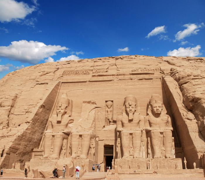 Sochy Ramesse II. sedícího na trůnu v průčelí Velkého chrámu v Abú Simbel jsou vysoké 20 m.