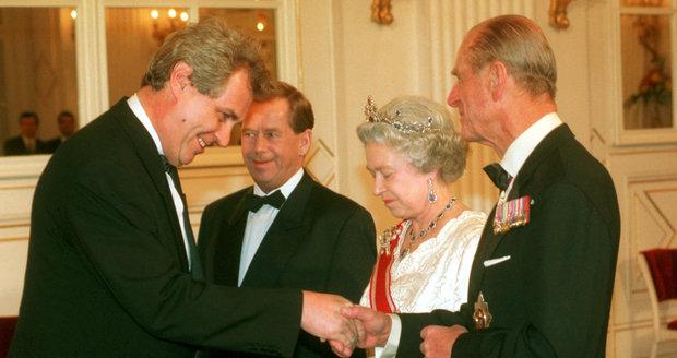 Zemana už jednou Alžběta II. přijala. Proč se tehdy oblékl podle pravidel a tentokrát je ignoroval se asi nikdy nedozvíme.