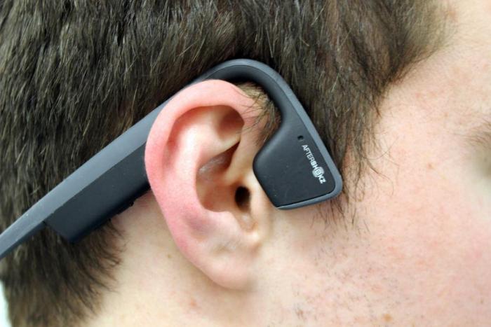 Do ucha si nic nestrkáte, takže slyšíte úplně normálně