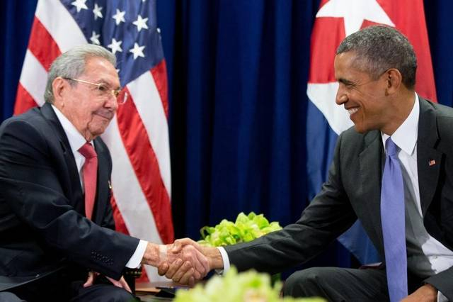 Kubánský prezident Raúl Castro a jeho americký protějšek Barack Obama v roce 2015 po více než 50 letech obnovili diplomatické styky obou zemí. Nyní hrozí, že jejich práce přijde vniveč.