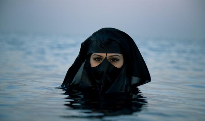 """Musllimská aktivistka Dr. Yasmina Al-Hazeemi se při pohledu na """"tlusté bílé mrože"""" tváří znechuceně"""