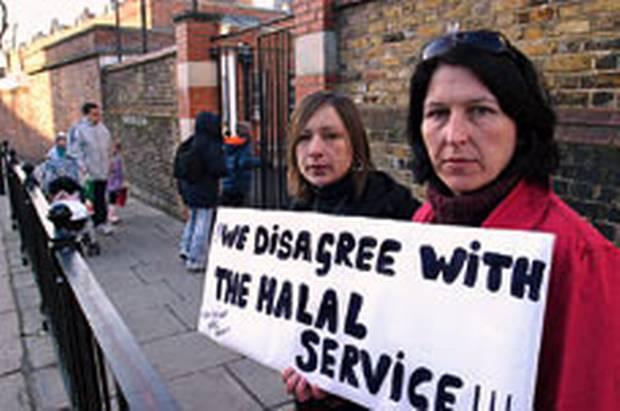 Protest britských rodičů proti halal jídlu ve školách
