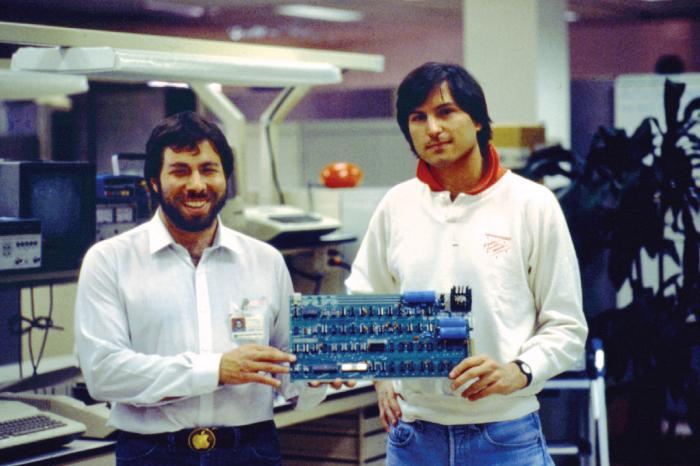 Jako zakladatele Applu nejspíše znáte Steva Wozniaka a Steva Jobse. Firmu s nimi zakládal ještě třetí muž, Ronald Wayne, na kterého se ale tak trochu zapomnělo.