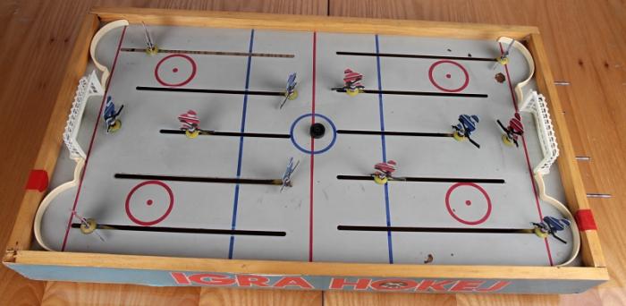 Kromě cvrnkacího stolního fotbalu nás bavil i hokej s táhly.