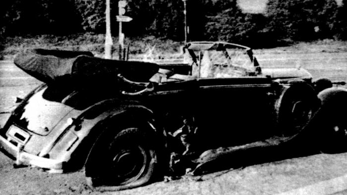 Heydrichův Mercedes poškozený výbuchem granátu vrženého Janem Kubišem. Právě fragmenty vozu, které pronikly do Heydrichova těla, způsobily smrt protektora na sepsi.