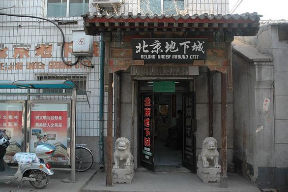 Vchody do podzemí vedou většinou skrz obchody a levné hotely