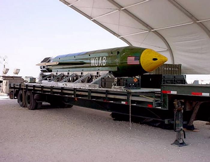 Bomba GBU-43 v celé své kráse.