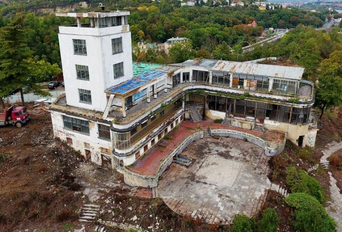 Současný stav Teras - rozbagrované a připravené na celkovou rekonstrukci