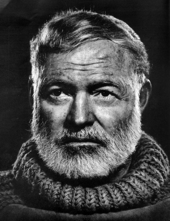 """Hemingway byl přímý, upřímný a přímočarý. """"Nikdy nepoužil slovo, kvůli kterému by čtenář musel zalistovat ve slovníku,"""" řekl o něm básník a prozaik William Faulkner."""