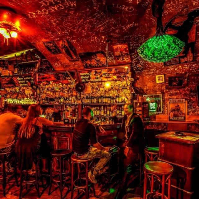 Díky jedinečné atmosféře se Blue Light Bar stal místem, kde se scházeli politici, celebrity i obyčejní lidé. Bar navštívily i četné zahraniční hvězdy.