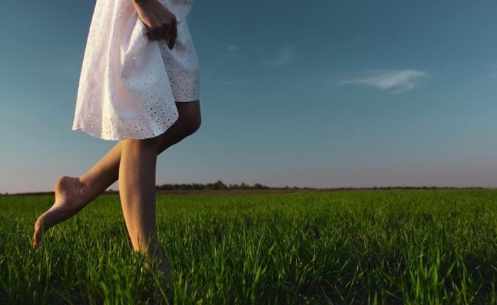 Chodit bos je tak zdravé, ale málokdo se dokáže dobrovolně trápit chůzí po hlíně a kravských lejnech.