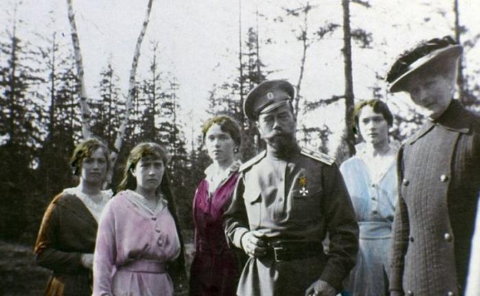 Carská rodina na kolorovaném snímku pořízeném během exilu na Sibiři.