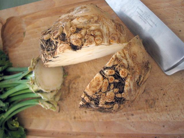 Celer jemně osolte, případně i opepřete nebo přidejte jakékoli koření – celer snese všechno