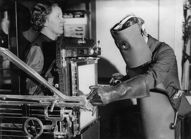 Od 30. let se již rentgenologové začínali chránit od škodlivého záření nošením obleků.