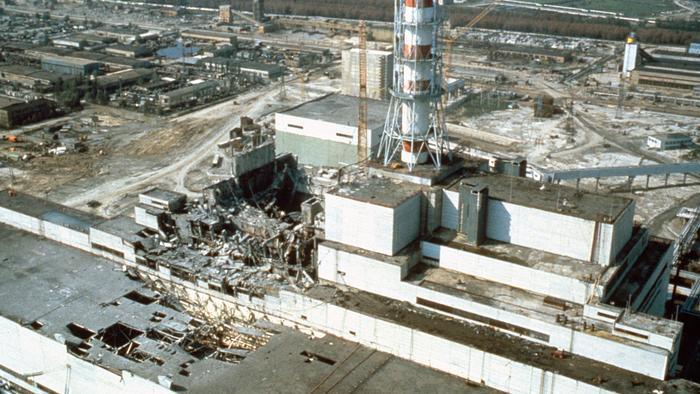 Černobylská jaderná elektrárna těsně po výbuchu.