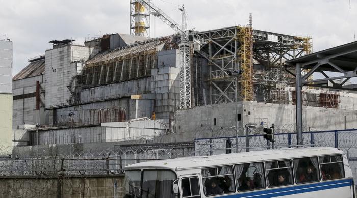 Okolo elektrárny je postaven masivní betonový sarkofág, který zabraňuje dalším únikům radiace.