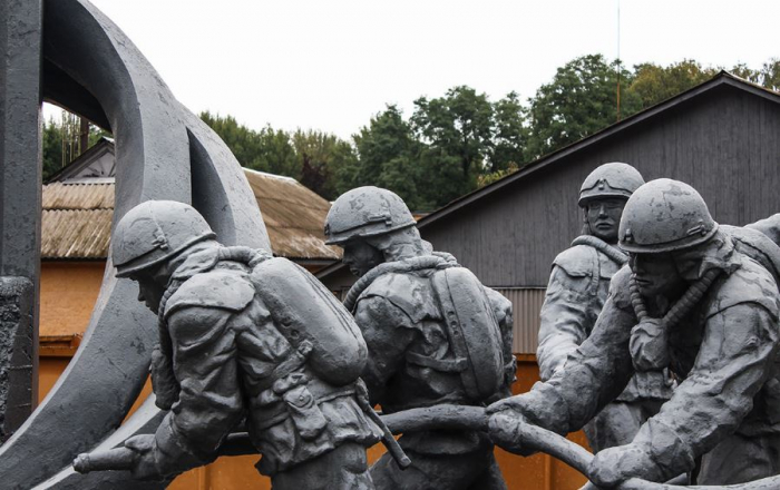 Památník hasičům, kteří se podíleli na likvidaci černobylské katastrofy. Mnoho z nich zemřelo na rakovinu způsobenou radiací.