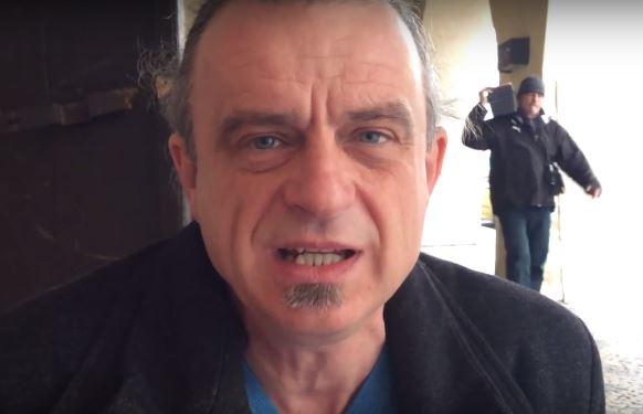 Na svých stránkách prezidentský kandidát Chaloupka zveřejnil video, kde mluví o národní hrdosti. V pozadí pak neznámý muž přenáší krabici.