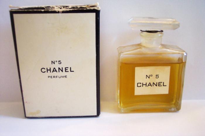 Jedna z prvních lahviček legendárního parfému Chanel č. 5. Minimalistický design krabičky a flakónu, stejně jako samotná vůně, se za 95 let příliš nezměnil.