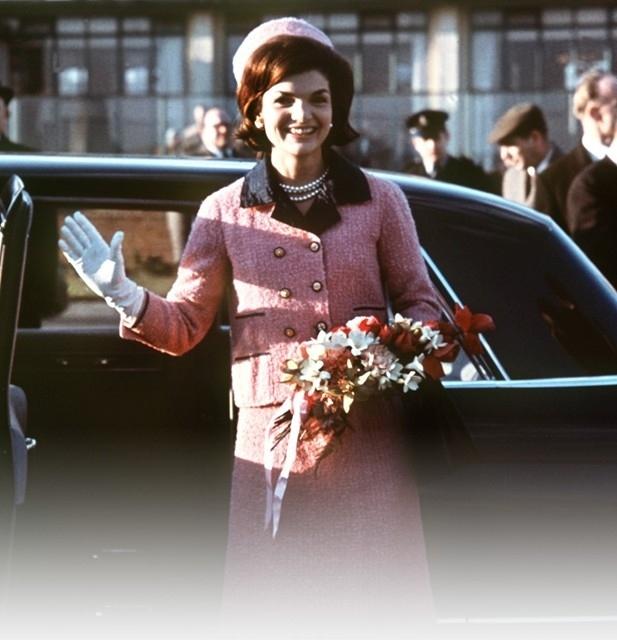 Dalším z ikonických kousků z dílny Coco Chanel se stal kostýmek se sukní zvaný Chanel Suit. Ten ráda nosila i Jackie Kennedyová a v růžové barvě ho měla na sobě, když jejího manžela zastřelil atentátník.