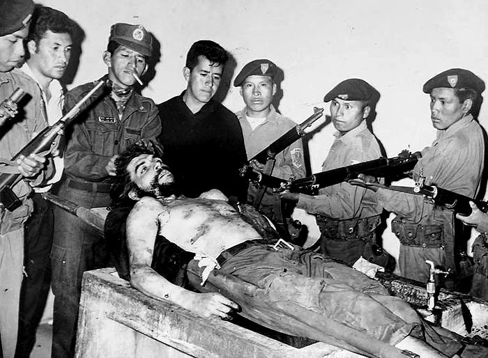 Popravený Guevara s bolívijskými vojáky. Na Kubu se jeho ostatky dostaly až po třiceti letech.