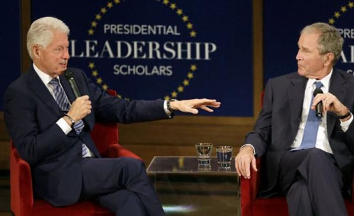 Na diskusním fóru pro absolventy se to narážkami na Trumpa jen hemžilo. Smáli se jim oba exprezidenti i přítomní studenti.
