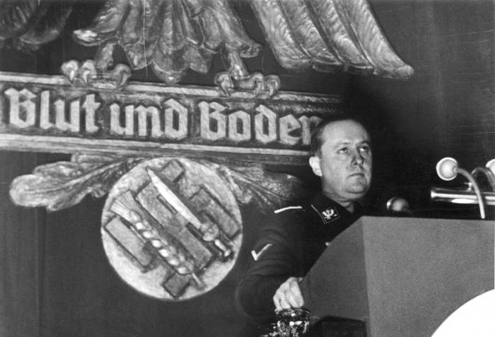 Významnou roli v procesu germanizace Česka sehrál i ministr výživy Walther Darré se svou politikou Blut und Boden (krev a půda).